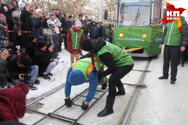 Сибирячка протащила два трамвая спассажирами