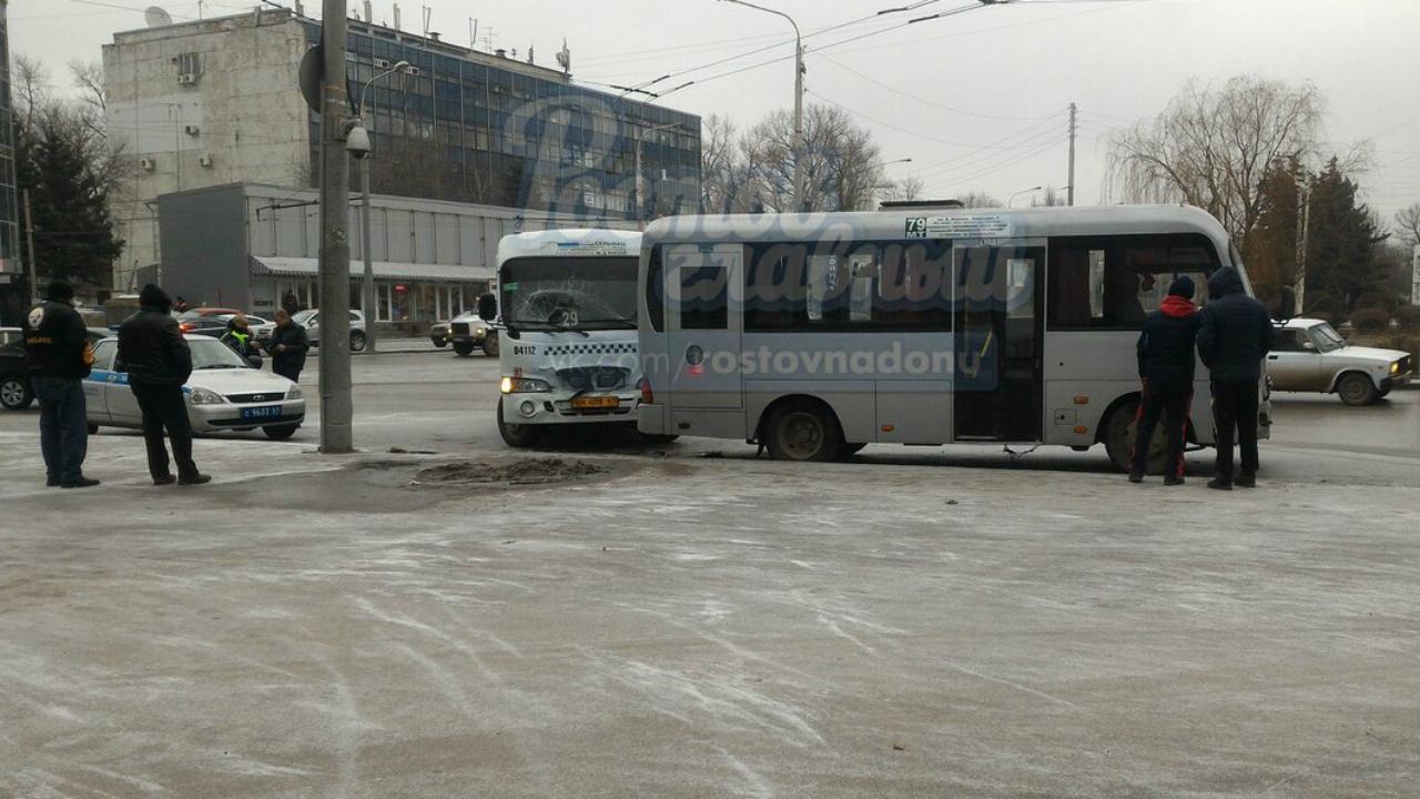 ВРостове столкнулись две маршрутки, пострадала пассажирка