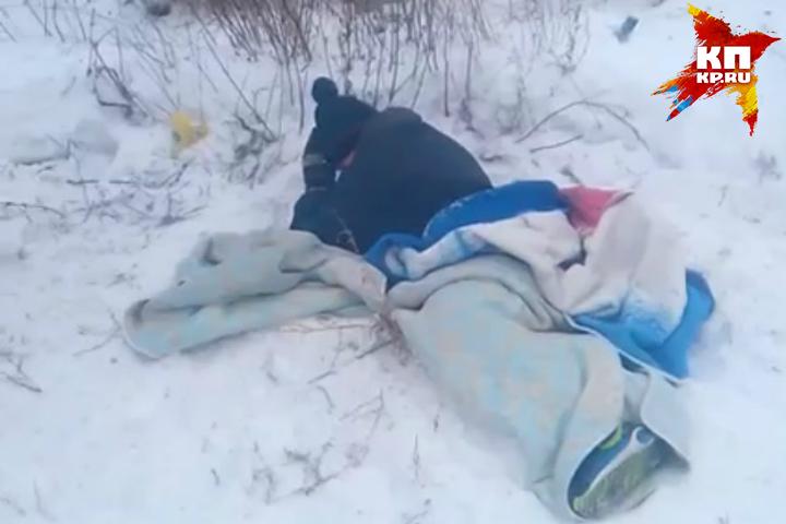 Cотрудники экстренных служб вызволили ребенка, провалившегося ногой вколодец вПоливановке