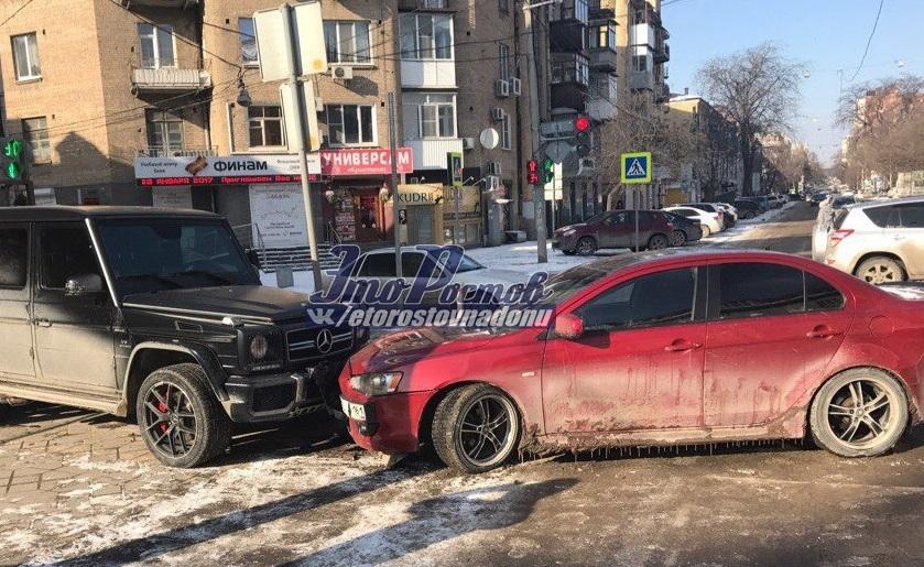 ВРостове «Митсубиси» столкнулся сприпаркованным «Гелентваген»