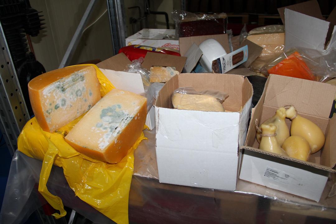 Недорблю, однако сплесенью: вБежице накрыли склад с плохим сыром