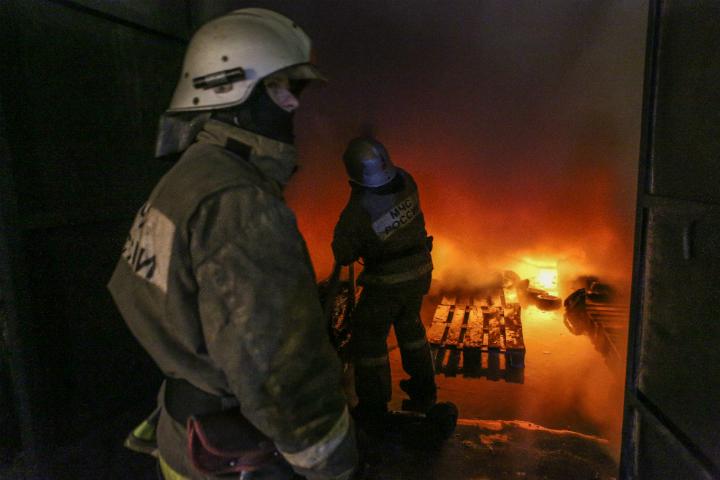 ВОмске 55 пожарных два часа тушили столярный цех