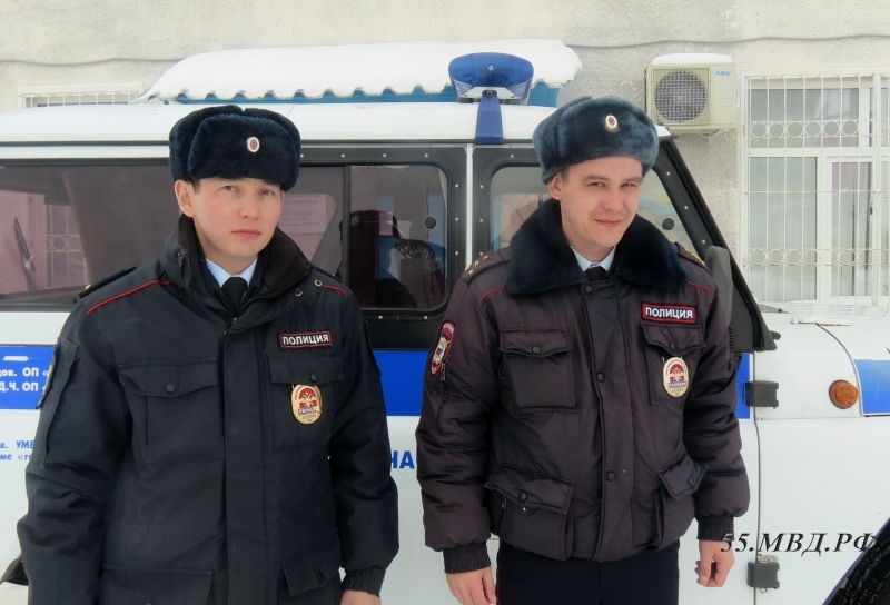 Омские полицейские спасли изгорящего дома семью