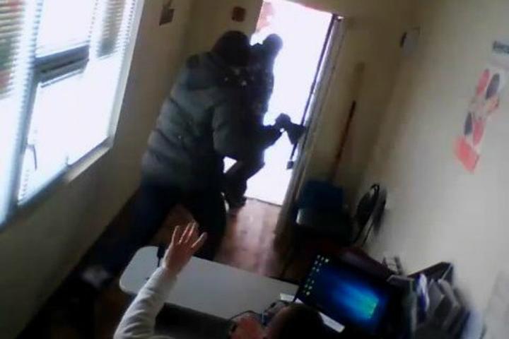 ВБашкирии мужчина с тесаком напал на кабинет микрозаймов