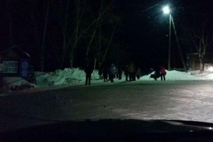 Группу детей-спортсменов пытались нелегально перевезти потонкому льду переправы