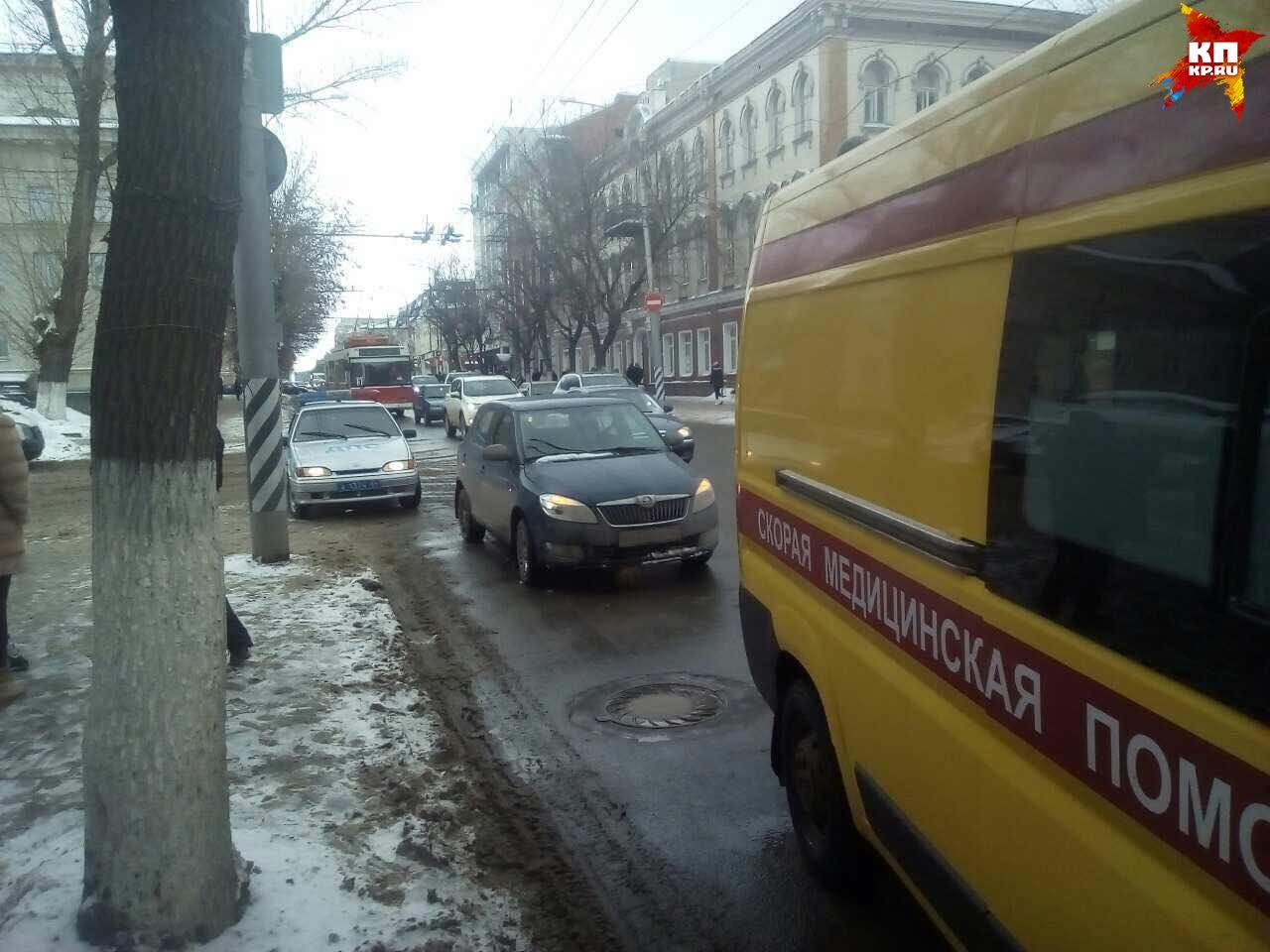 НаГорького шофёр «Шкоды» сбила женщину с сыном