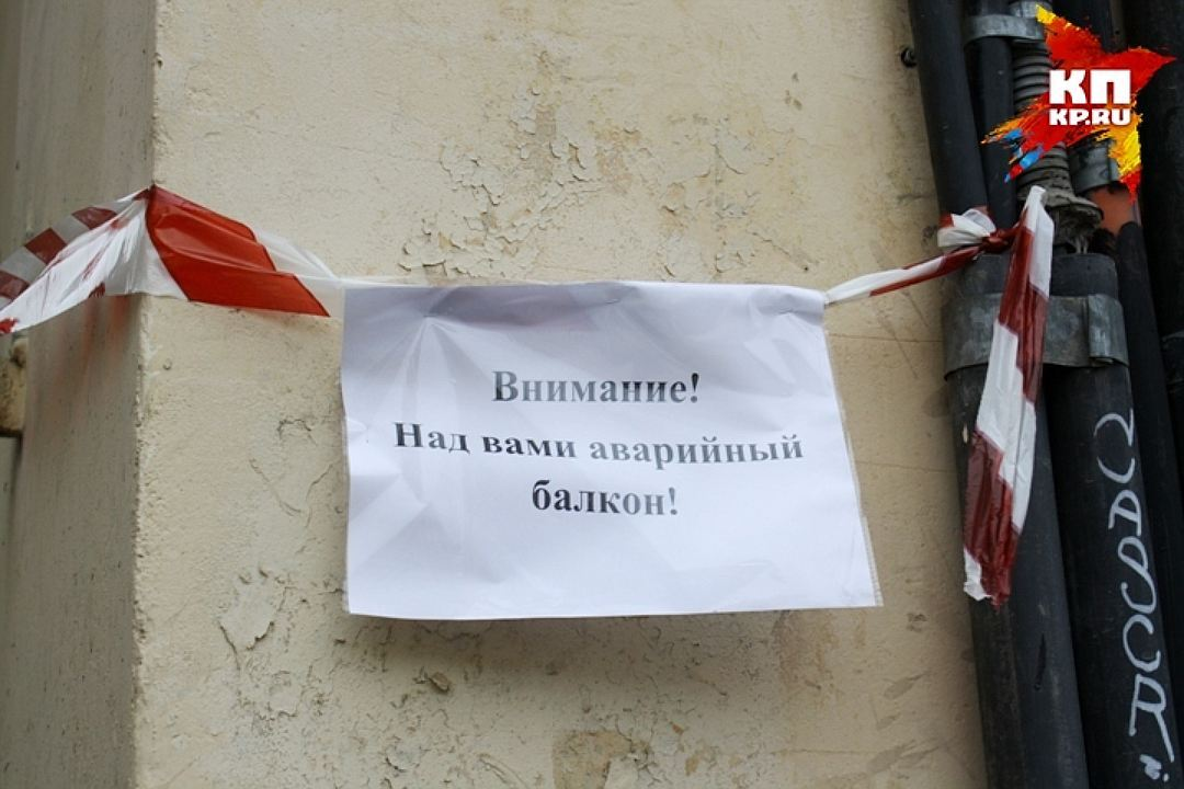 Сдома вцентре Петербурга рядом состановкой автобуса обрушилась лепнина