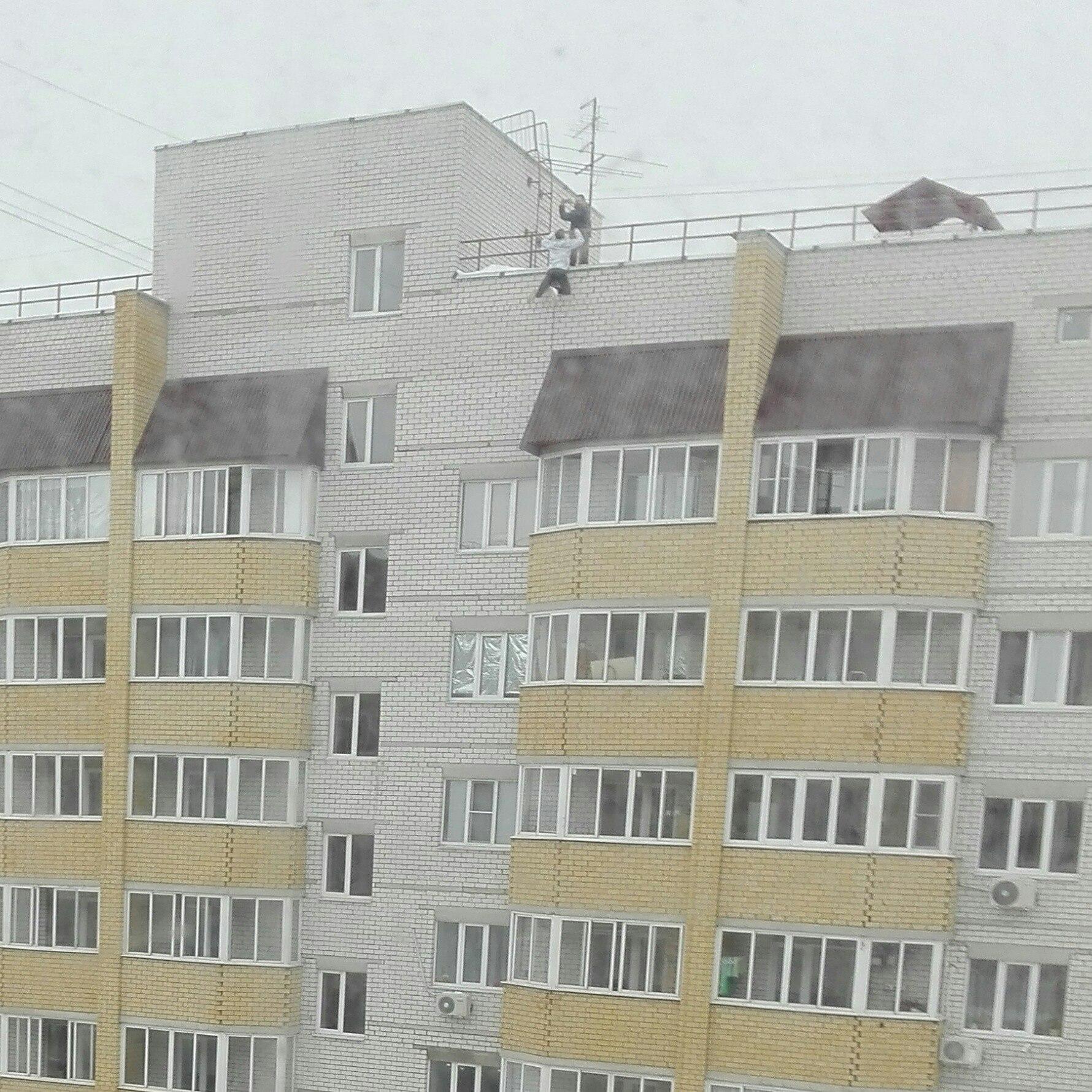 ВВоронеже подростки подтягивались, свесившись скрыши многоэтажки