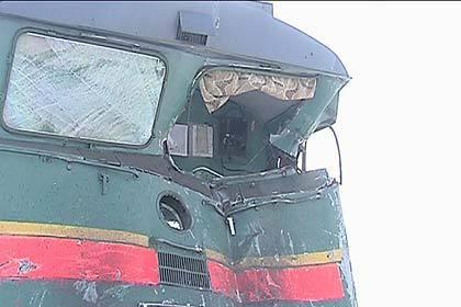 ВАстрахани поезд протаранил автомобиль слюдьми