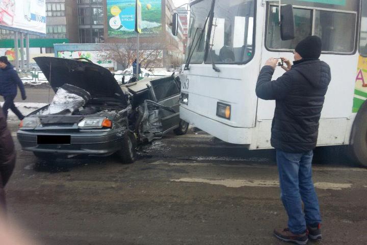 ДТП вИркутской области: ВАЗ-2109 врезался втроллейбус