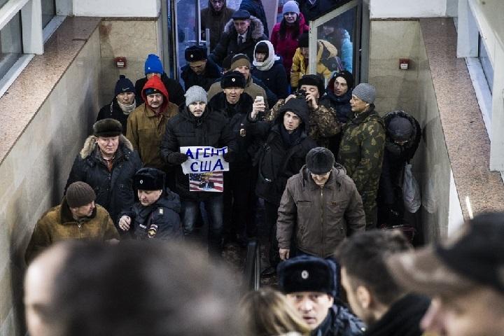 Штаб Навального вСамаре закидали яйцами, рядом подожгли мусорку