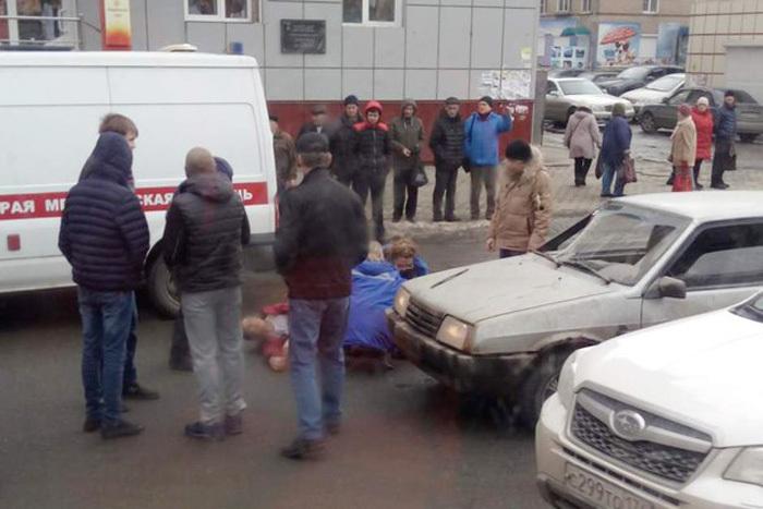 Лихач сбил напешеходном переходе вЧелябинске мужчину с ребенком наруках
