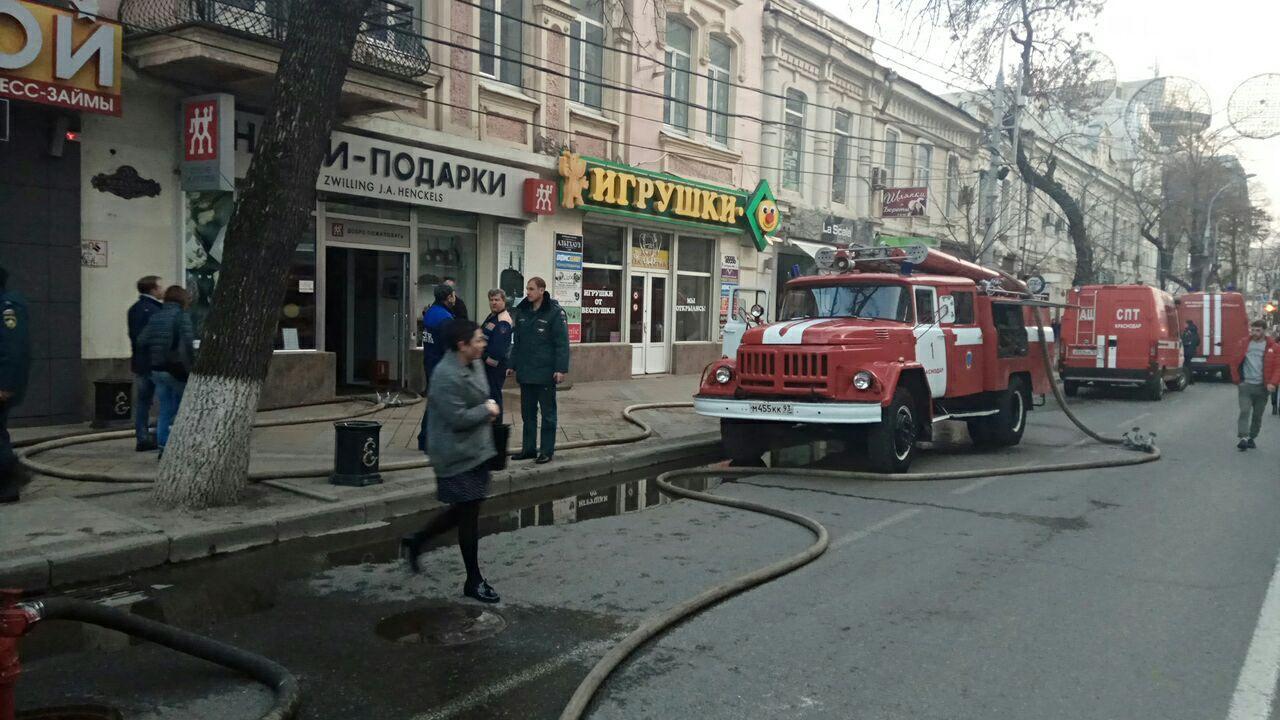 ВКраснодаре наулице Красной зажегся склад