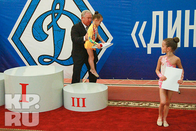 В Барнауле 2-4 мая прошли XI традиционные всероссийские соревнования по художественной гимнастике «Динамо» – детям России». В турнире, посвященном 90-летию образования всероссийского физкультурно-спортивного общества «Динамо» участвовали более 650 гимнасток из России, Казахстана, Узбекистана и Киргизии в возрасте от 5 до 18 лет. На фоне соперниц достойно смотрелись алтайские гимнастки. Первое место в своих группах заняли Надежда Гаршина (1998 г.р.), Виктория Колесникова (1999 г.р.), Анфиса Шевелёва (2002 г.р.), Алина Перфильева (2003 г.р.), Любовь Суханова (2003 г.р.), Анастасия Аргунова (2004 г.р.), Анна Сазонова (2005 г.р.), Милана Кобец (2007 г.р.), Анна Шувалова (2009 г.р.) из Барнаула, Анна Трескина (1998 г.р.) и Ольга Попова (2000 г.р.) из Бийска. В групповых упражнениях четырежды на верхнюю ступень пьедестала поднимались коллективы из барнаульской ДЮСШ № 6. Награждали победителей и призеров в заключительный день соревнований олимпийская чемпионка, чемпионка мира и Европы Елена Шаламова, бронзовый призер Олимпийских игр, чемпионка мира и Европы Ирина Дзюба, начальник управления Федеральной службы безопасности России по Алтайскому краю Андрей Муравьев, начальник Пограничного управления Федеральной службы безопасности России по Алтайскому краю Александр Эктов, начальник Главного управления МВД России по Алтайскому краю Ренат Тимерзянов.