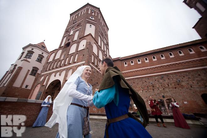 На фестивале все максимально приближено к реальности: танцы, музыка, доспехи рыцарей.