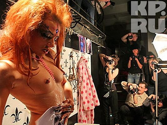 Чего только не происходит в ночных клубах Петербурга! Стриптиз и прочая обнаженка - уже вчерашний день. Этим искушенную публику не удивить! Видимо, так решили несколько девушек, живущих в Северной столице, и организовали … порно-театр. Коллектив называется «Неверпорн». Фото - Тимур ХАНОВ