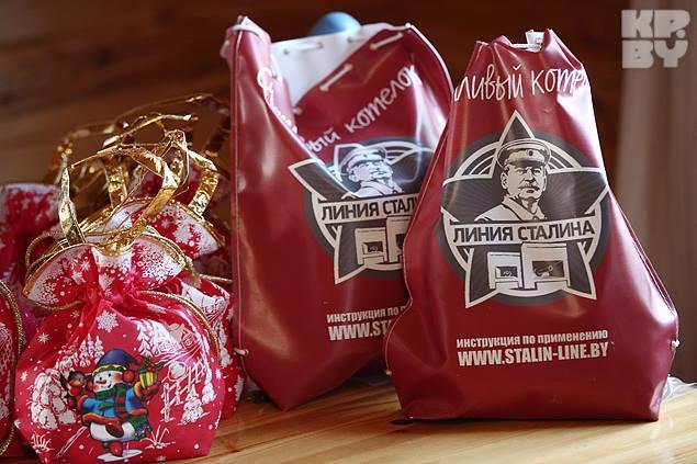 Подарки от Деда Мороза выдержаны в боевом стиле Фото: Павел МАРТИНЧИК