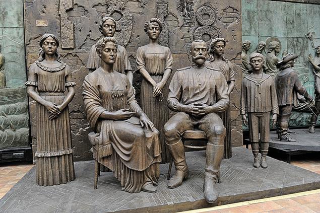 Композиция «Российская история Романовых» включает в себя 17 фигур. Фото: Владимир ВЕЛЕНГУРИН