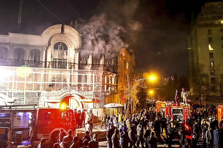 Новость о казни саудитами проповедника Нимра ан-Нимра всколыхнула шиитский мир.В Тегеране протестующие подожгли здание посольства Саудовской Аравии. Фото: REUTERS
