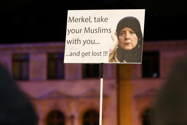 Жители Кельна снова вышли на митинг протеста Фото: REUTERS
