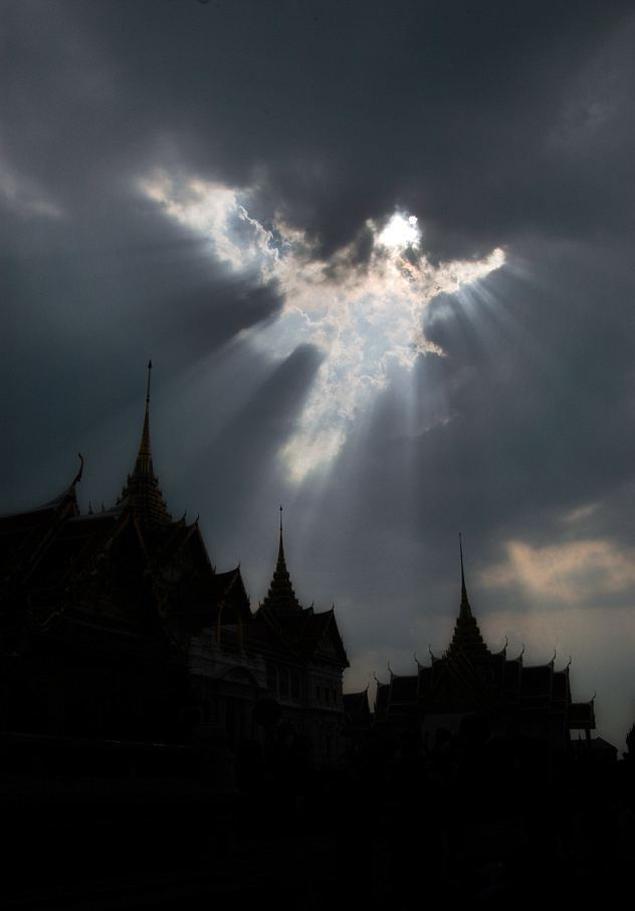 """""""Ангел"""" над буддийским храмом в Тайланде, снят в 2012 году."""