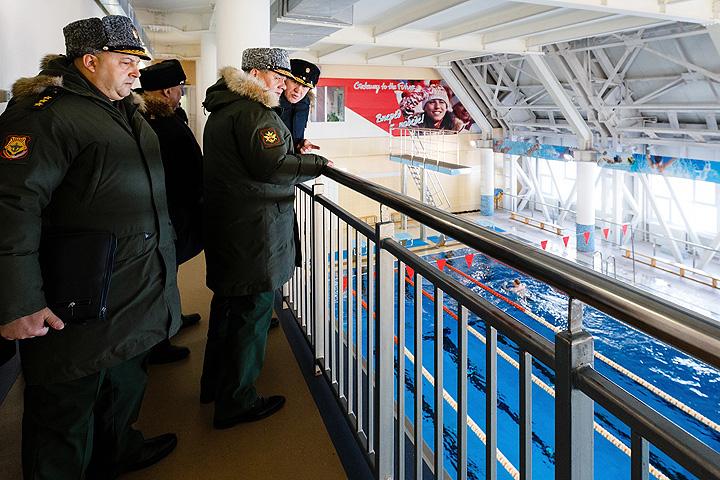"""Многое уже сделано: отремонтированы тренажерные залы, бассейн и аквапарк спортивно-оздоровительного комплекса """"Океан"""" в Вилючинске. Их показали министру. Фото: Министерство обороны РФ"""