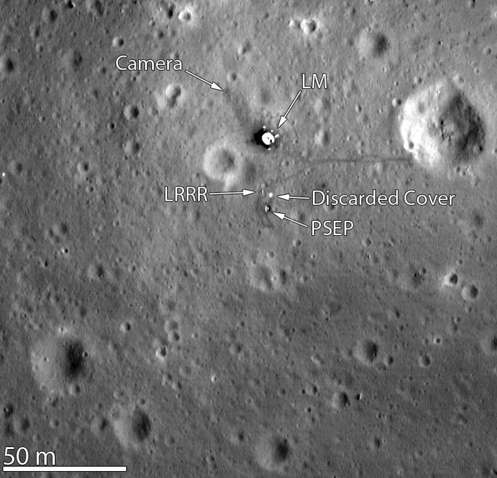 Флаг и сдуло. По крайней мере на месте посадки Аполлона-11 его не видно. Далеко сдуло...