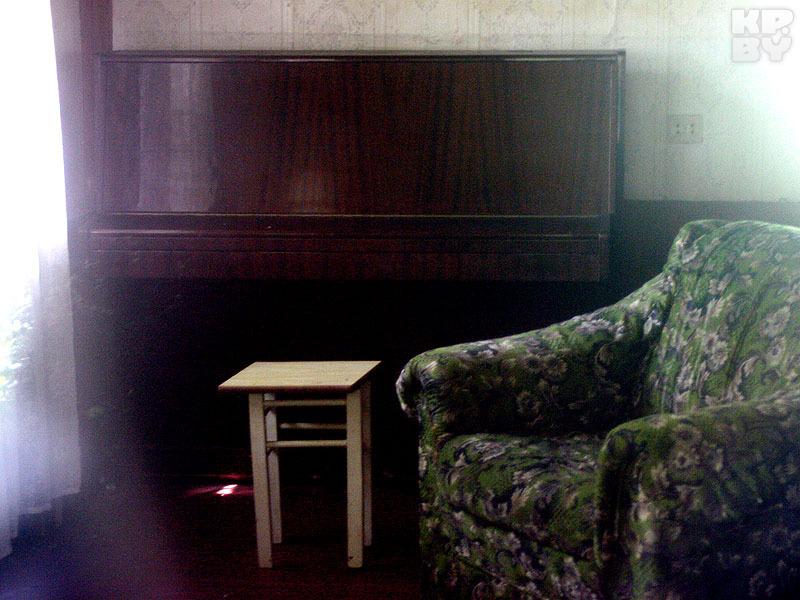 Совсем недавно в углу дома стояло знаменитое пианино Мулявина, на котором он придумывал музыку своих песен. Теперь инструмент вывезли в неизвестном направдении. Фото: Геннадий МОЖЕЙКО