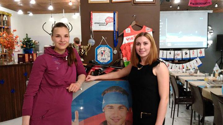 Ирина Николаева (справа), сестра Антона Анна Маслова и сам чемпион. Фото: Николай Южанин.