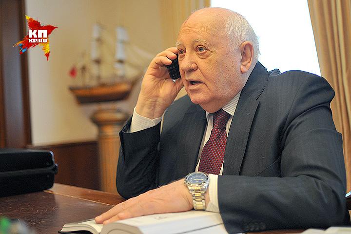 Незадолго до окончания интервью экс-президенту позвонили с одной из радиостанций... Фото: Виктор ГУСЕЙНОВ