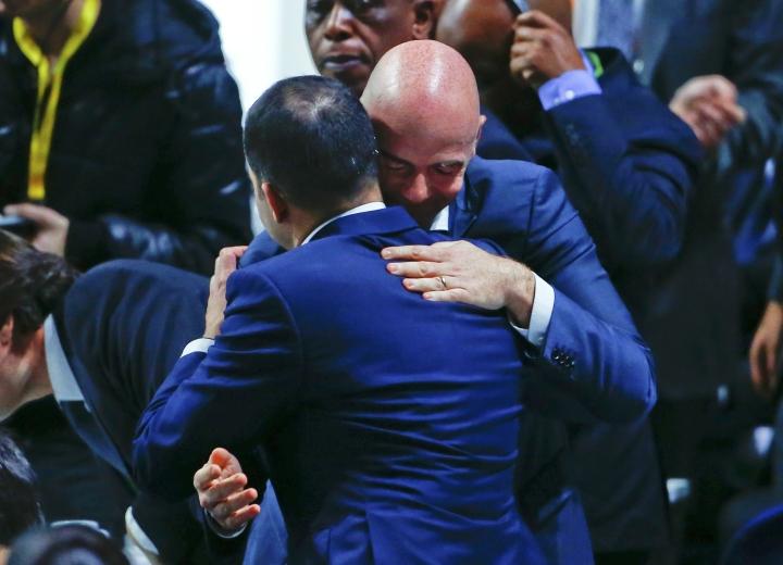 Джанни Инфантино сразу после победы на выборах президента ФИФА получает поздравления. Фото: REUTERS