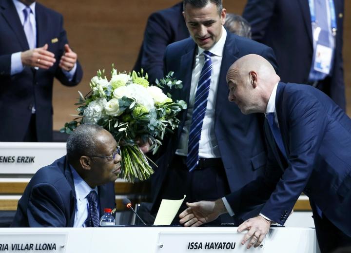 Новый президент ФИФА Джанни Инфантино и Исса Хайяту - и.о. главы организации до нынешних выборов. Фото: REUTERS