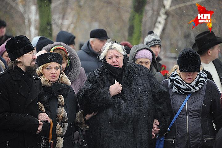 Близкие Натальи Крачковской на Троекуровском кладбище. Фото: Владимир ВЕЛЕНГУРИН