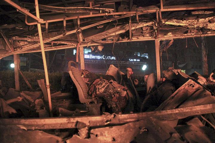 Сгоревший в результате взрыва пассажирский автобус Фото: REUTERS