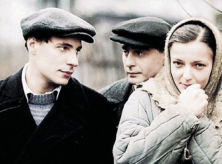 С матерью своих семерых детей актрисой Ириной Леоновой Евгений тоже жил без штампа в паспорте, в гражданском браке. Пара познакомилась 12 лет назад на съемках сериала «Дети Арбата» Фото: кадр из фильма