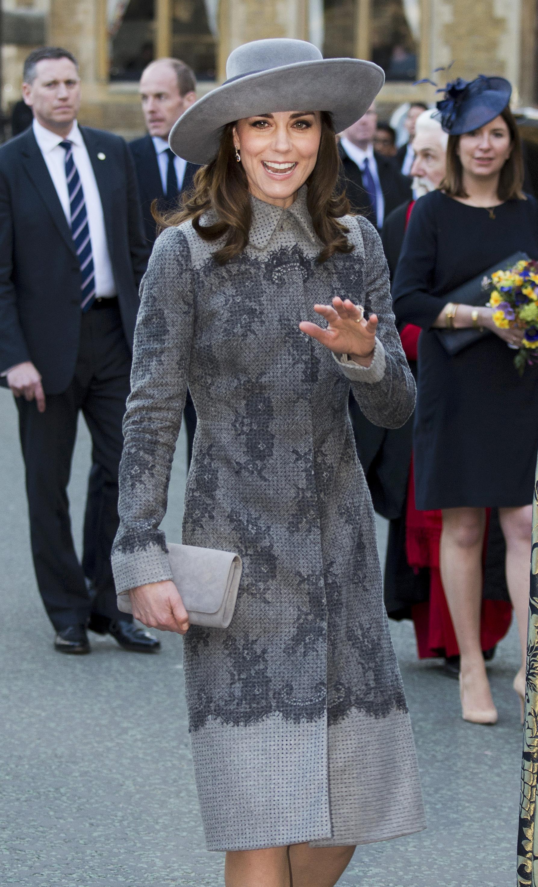 Принцесса нарядилась в  серое пальто с черным кружевом (как выяснили британские таблоиды, оно стоит 2,5 тысячи фунтов стерлингов). Фото: REUTERS