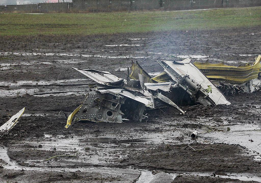 Обломки Боинга на взлетно-посадочной полосе аэропорта в Ростове-на-Дону. Фото: REUTERS