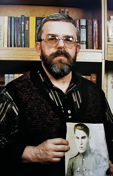 Юрий Давыдов с фотографией отца. Фото: Личный архив