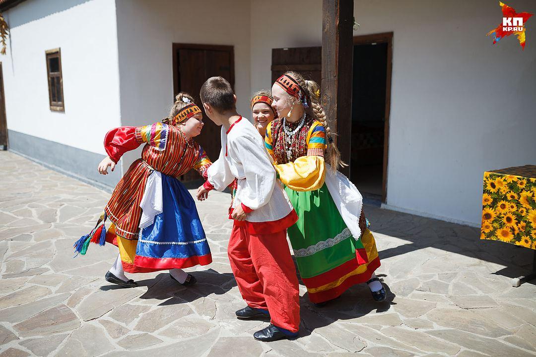 Детям нравится не только наряжаться в традиционные костюмы, но и петь песни Фото: Дмитрий АХМАДУЛЛИН