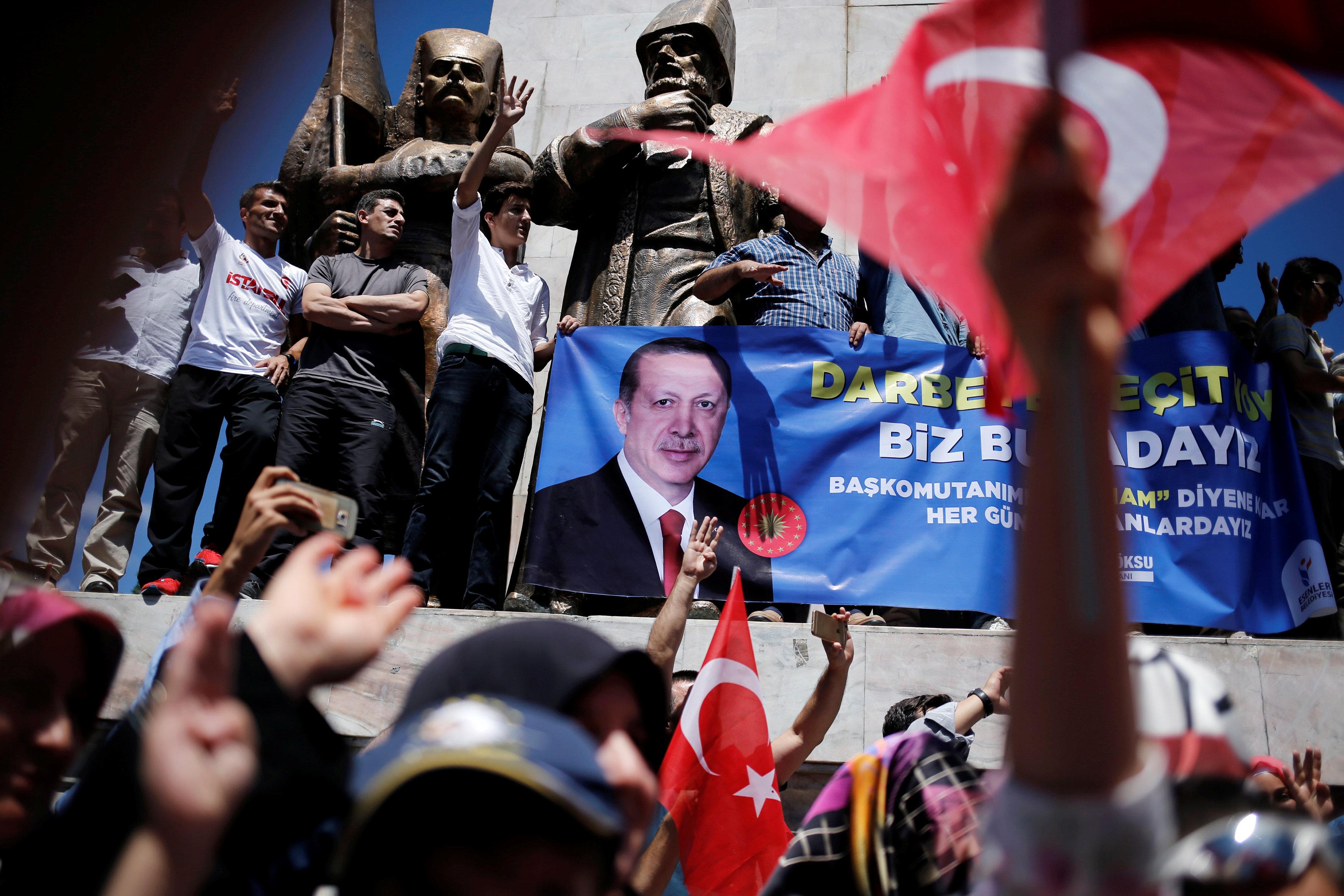 Cторонники президента Турции Реджепа Тайипа Эрдогана празднуют провал переворота.