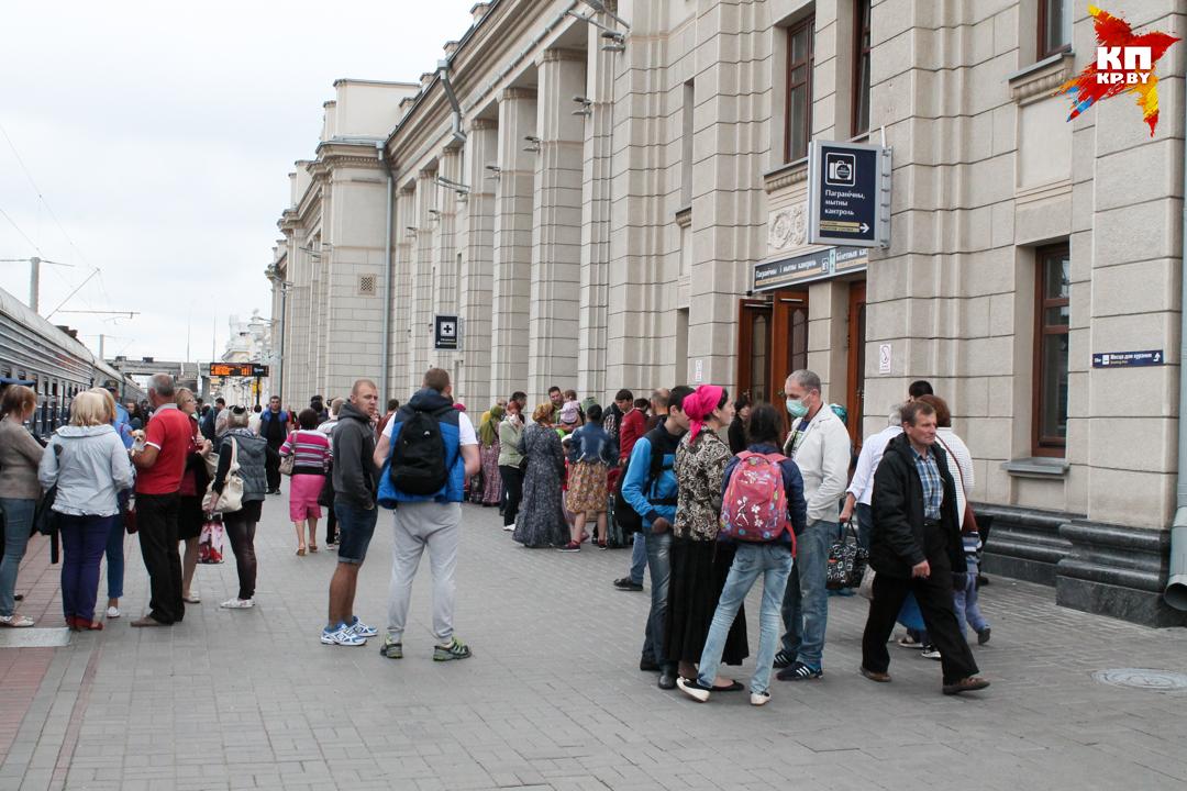 Те, у кого закончились деньги на аренду жилья, ночуют на вокзале. Фото: Оксана БРОВАЧ