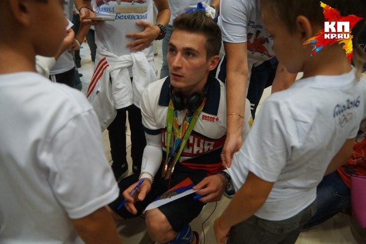 Давид еще долго раздавал автографы детям, которые мечтают стать такими как он Фото: Алексей БУЛАТОВ