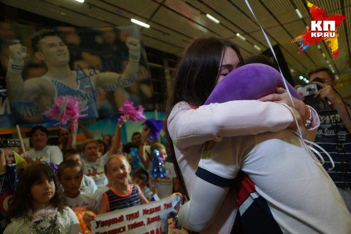 Гимнаст едва успел обняться с любимой, как его тут же забрали к себе журналисты Фото: Алексей БУЛАТОВ