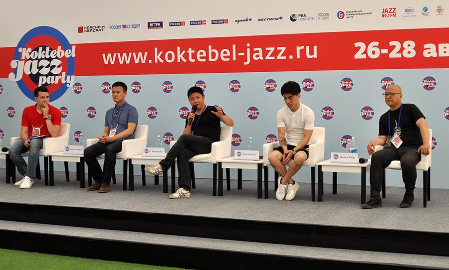 Коллектив из Китая впервые приехал в Крым. Фото: Анастасия МЕДЫНЦЕВА