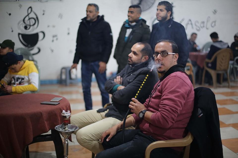 Сектор Газа. Палестинцы в кафе смотрят новости о новых мирных инициативах Трампа. Фото: GLOBAL LOOK PRESS