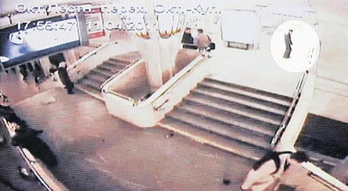 17.56. Останавливается на площадке, откуда ему хорошо видно платформу, засовывает руки в карманы и приводит бомбу в действие.