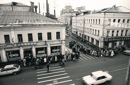 1991 год. Это очередь за хлебом на Сретенке. В это время правительство  начинает проводить знаменитые гайдаровские реформы. Фото: ТАСС