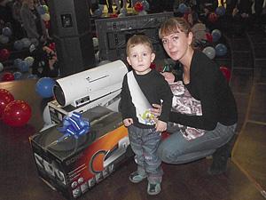 Юлия Язева, пришедшая на лотерею с сыном, выиграла пылесос.