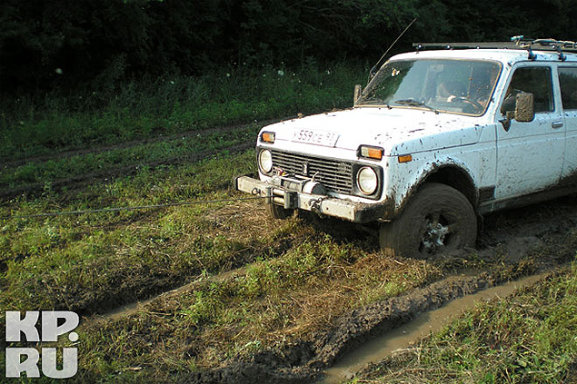 На обычных авто к дамбе не добраться - даже внедорожники то и дело вытаскивали друг друга из грязи...