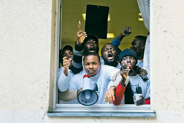 Для таких парней в ЕС закрыта дверь. Что не мешает им пролезать через окно. Фото: REUTERS